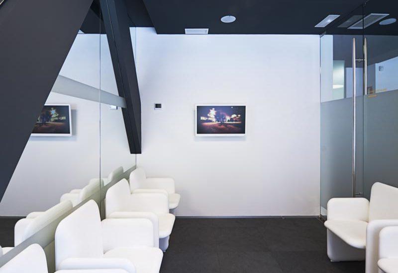 Sala de espera en clínica dental en Sevilla